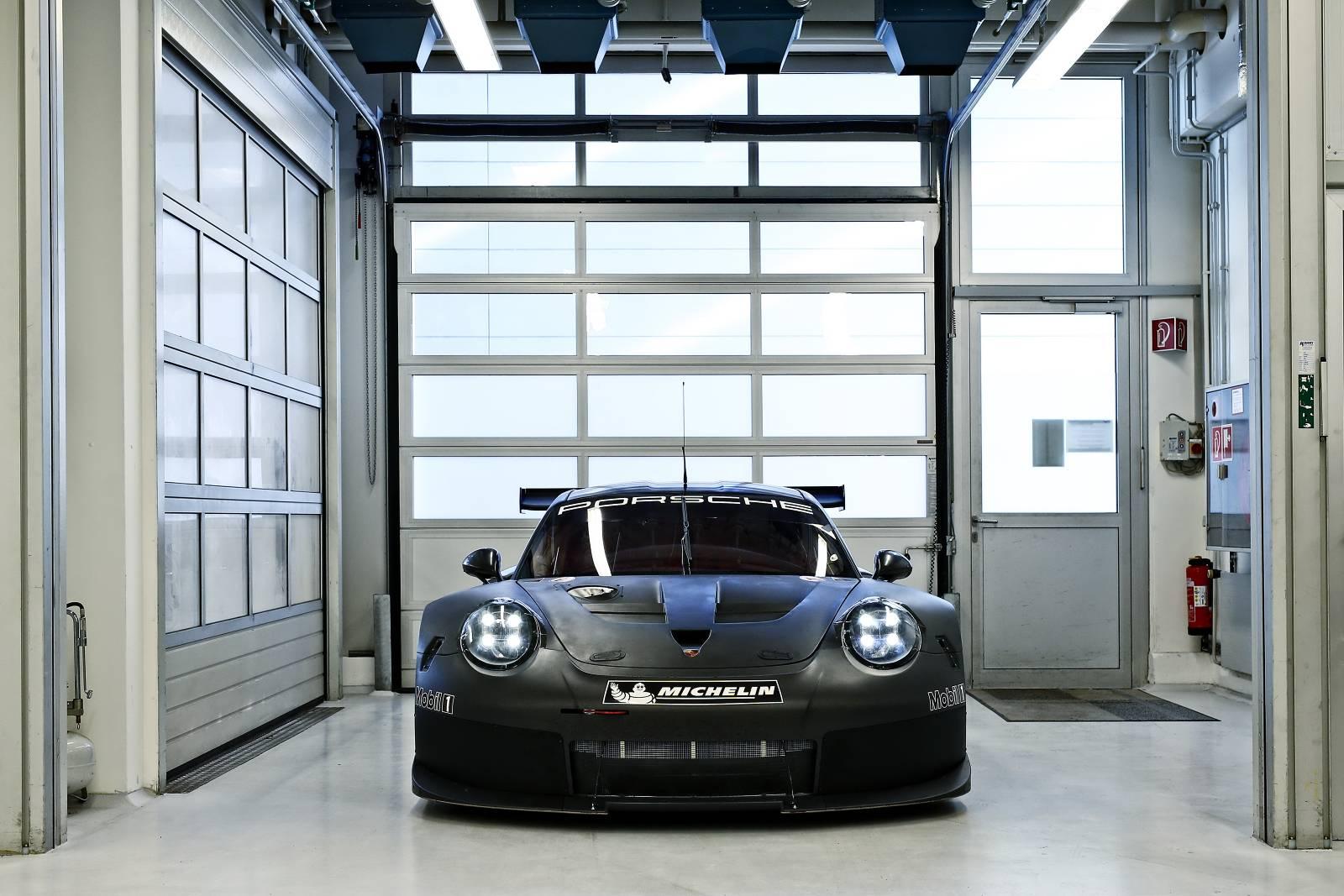 Porsche-911-RSR-03