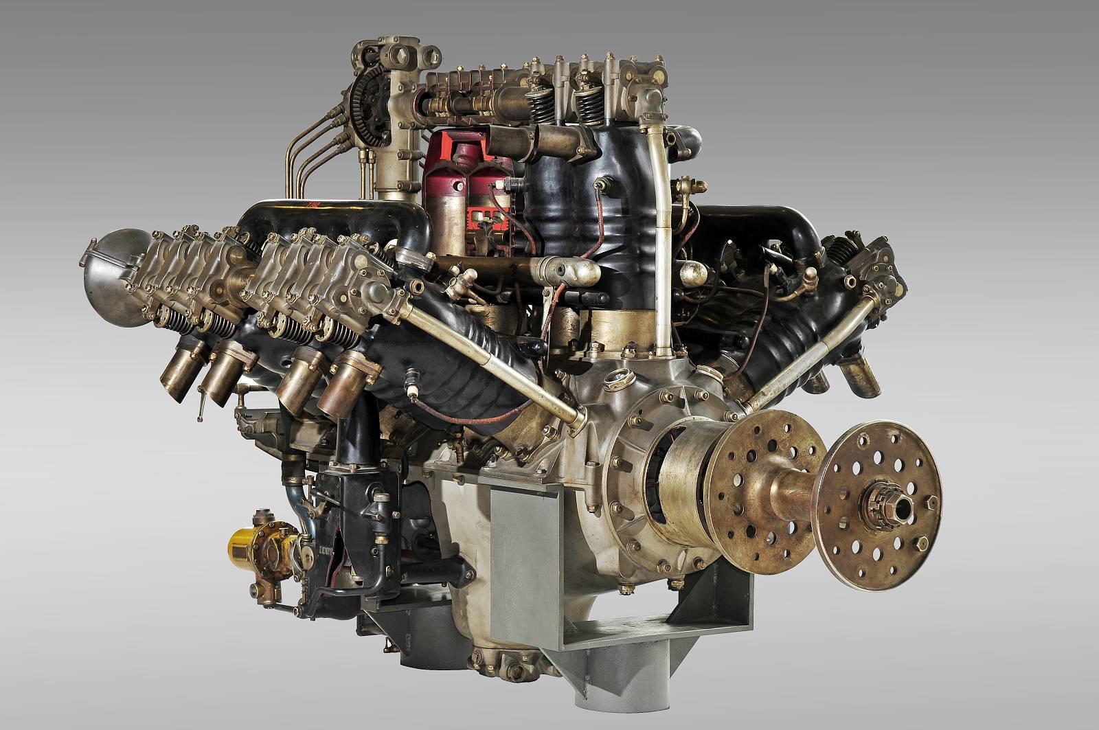 150818 Letecký motor L-K W12