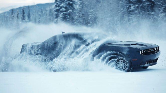 Dodge Challenger GT AWD: Muscle car s pohonem všech kol dovádí ve sněhu – video